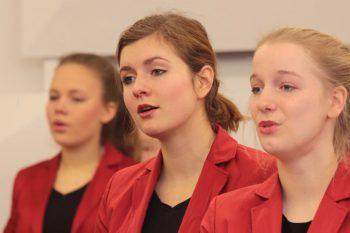"""""""...die ständigen Verflechtungen zwischen der Solopartie und dem Chor führten zu einer vom Mädchenchor zwar gewohnten hochkarätigen Stringenz, aber auch zu einer nicht selbstverständlichen prickelnden Lebendigkeit..."""""""